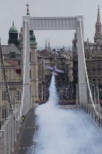 Felszállás az Erzsébet hídról